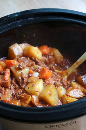 Poor-Mans-Beef-stew-in-crock-800x1200